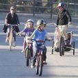 Exclusif - Julia Roberts, son mari Daniel Moder et leurs enfants Phinnaeus, Hazel et Henry font une balade à velo à Malibu, le 22 décembre 2013.