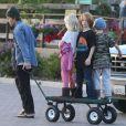 Exclusif - Daniel Moder et ses enfants Phinnaeus, Hazel et Henry vont chercher des plantes à Malibu, le 21 décembre 2013.