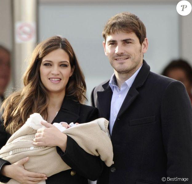 Iker Casillas et sa compagne Sara Carbonero sortent de la clinique à Madrid et présentent leur fils Martin le 8 janvier 2014.