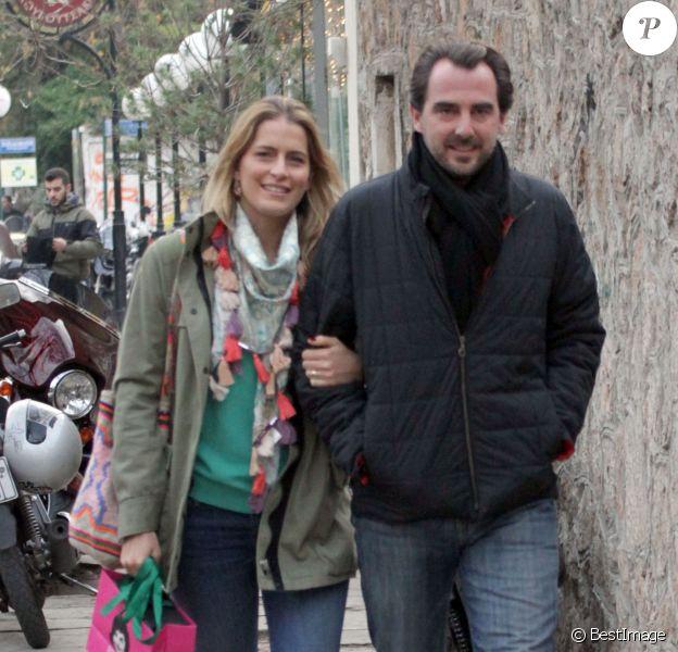 Le prince Nikolaos et la princesse Tatiana de Grèce se promenant le 12 janvier 2014 à Athènes, où ils sont venus s'installer à l'automne 2013