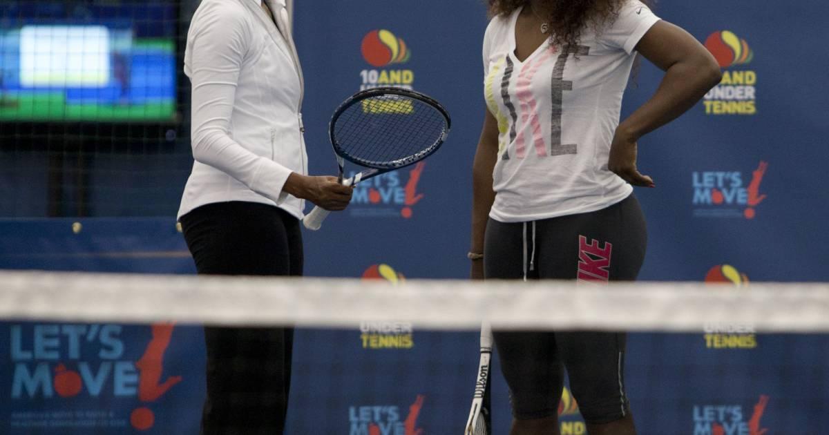 Michelle obama et serena williams sur un cours de tennis for Un cours de tennis