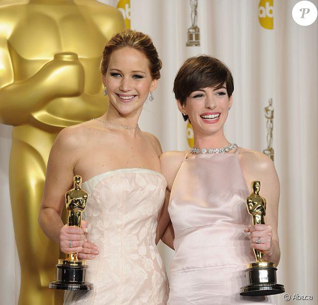 Jennifer Lawrence et Anne Hathaway toutes deux oscarisées au Dolby Theatre, Los Angeles, le 24 février 2013.