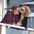 Johnny Hallyday et Laetitia s'offrent une pause romantique sur la terrasse du Gladestones, un restaurant de Pacific Palisades avec une vue imprenable sur l'océan pacifique, le 19 janvier 2014.