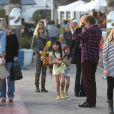 Johnny et Laeticia Hallyday avec leurs filles et Elyette Boudou, la grand-mère de Laeticia, passent le dimanche en famille dans le quartier de Pacific Palisades àLos Angeles, le 19 janvier 2014.