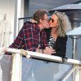 Johnny et Laetitia Hallyday s'offrent une pause romantique sur la terrasse du Gladestones, un restaurant de Pacific Palisades avec une vue imprenable sur l'océan pacifique, le 19 janvier 2014.
