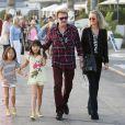 Johnny et Laeticia Hallyday avec leurs filles Jade et Joy et Elyette Boudou, la grand-mère de Laeticia, passent le dimanche en famille dans le quartier de Pacific Palisades àLos Angeles, le 19 janvier 2014.