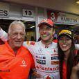 Jenson Button, son père John et sa compagne Jessica Michibata lors du Grand Prix de Formule 1 de Hongrie le 31 juillet 2011