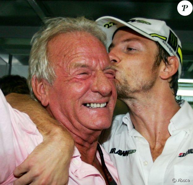 Jenson Button, tout récent champion du monde avec son père John lors du Grand Prix du Brésil sur le circuit d'Interlagos à Sao Paulo, le 18 octobre 2009