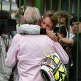 Jenson Button dans les bras de son père John sur le circtuit d'Interlagos au Brésil le 18 octobre 2009