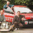 Jenson Button à l'âge de 17 ans après avoir passé son permis à Trowbridge, Wiltshire, en compagnie de son père John, with kart, et son instructeur Roger Brunt