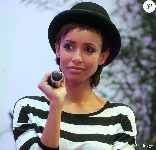 """Exclusif - Sonia Rolland lors du Spot """"e-fluent mums"""", le salon des parents blogueurs, au Salon Richelieu a Paris le 4 décembre 2013."""