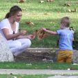 Hilary Duff s'amuse avec son fils Luca dans un parc à Beverly Hills, le 27 janvier 2014.