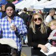 Hilary Duff et son mari Mike Comrie emmènent leur fils au marché fermier de Studio City, le 24 novembre 2013.