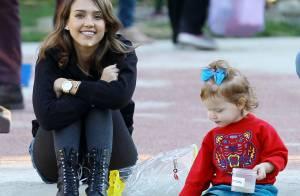Jessica Alba affiche sa nouvelle coupe lors d'une pause tendresse en famille