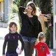 Jessica Alba et ses deux filles Honor et Haven (5 et 2 ans) profitent d'une belle après-midi en famille à Los Angeles. Le 1er février 2014.