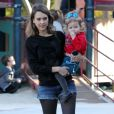 Jessica Alba et sa fille Haven (2 ans) profitent d'une belle journée dans un parc pour enfants à Los Angeles, le 1er février 2014.