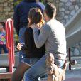 Jessica Alba et Cash Warren, parents amoureux et détendus dans un parc pour enfants, observent leurs filles s'amuser. Los Angeles, le 1er février 2014.