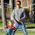 Cash Warren et sa fille Haven s'amusent dans un parc pour enfants à Los Angeles, le 1er février 2014.