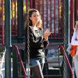 Jessica Alba profite d'une belle journée en famille dans un parc pour enfants. Los Angeles, le 1er février 2014.