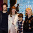 Louise Bourgoin et Mathias Brézot entre Nicole Garcia et son fils Pierre Rochefort lors de la première du film Un Beau Dimanche à Paris, le 3 février 2014.