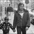Alain Delon et son fils Anthony à Paris en 1972.