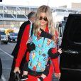 Fergie prend un vol à l'aéroport de Los Angeles avec son fils Axl, le 10 février 2014.