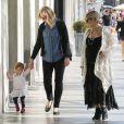 Elsa Pataky, très enceinte, se balade le jour de la Saint-Valentin avec sa fille India Rose et sa belle-mère Leonie à Santa Monica. Le 14 février 2014.