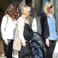 Elsa Pataky, enceinte, se balade le jour de la Saint-Valentin avec sa fille India Rose et sa belle-mère Leonie à Santa Monica. Le vendredi 14 février 2014.