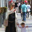 Elsa Pataky, enceinte, se balade le jour de la Saint-Valentin avec sa fille India Rose et sa belle-mère Leonie à Santa Monica. Le 14 février 2014.
