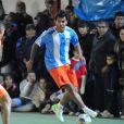 Carlos Tevez participe à un match amical dans quartier natal de Fuerte Apache près de Buenos Aires le 1er juillet 2013 devant sa femme Vanessa Mansilla.