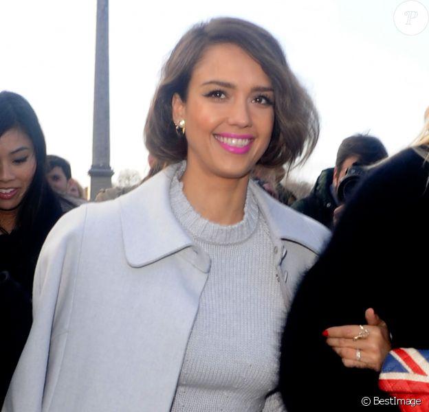 Jessica Alba arrive au défilé de mode Nina Ricci à Paris. Le 27 février 2014. La belle est accompagnée de son amie Kelly Sawyer.