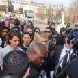 Jessica Alba arrive au défilé Nina Ricci lors de la fashion week à Paris le 27 février 2014. Et elle est loin de passer inaperçue !