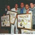 Alliage reçoit un disque d'or, au Colonial, avec leur producteur Gérard Louvin, le 6 juin 1997