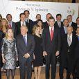 La princesse Letizia et le prince Felipe avec Enrique V. Iglesias lors des photos de groupe du dîner de gala organisé en hommage, à la Maison de l'Amérique à Madrid le 4 mars 2014, au travail de l'économiste.