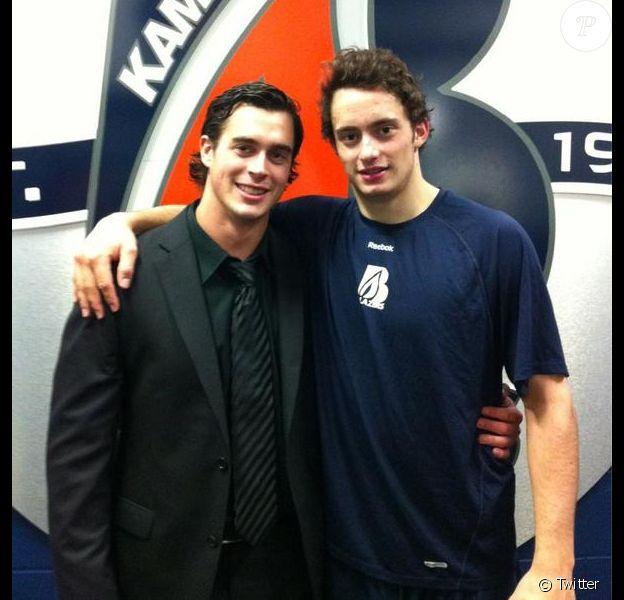 Le hockeyeur Tim Bozon avec un de ses ex-coéquipiers