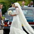 Lily Allen, radieuse dans sa robe haute couture Chanel, le jour de son mariage à Sam Cooper. Cranham, le 11 juin 2011.