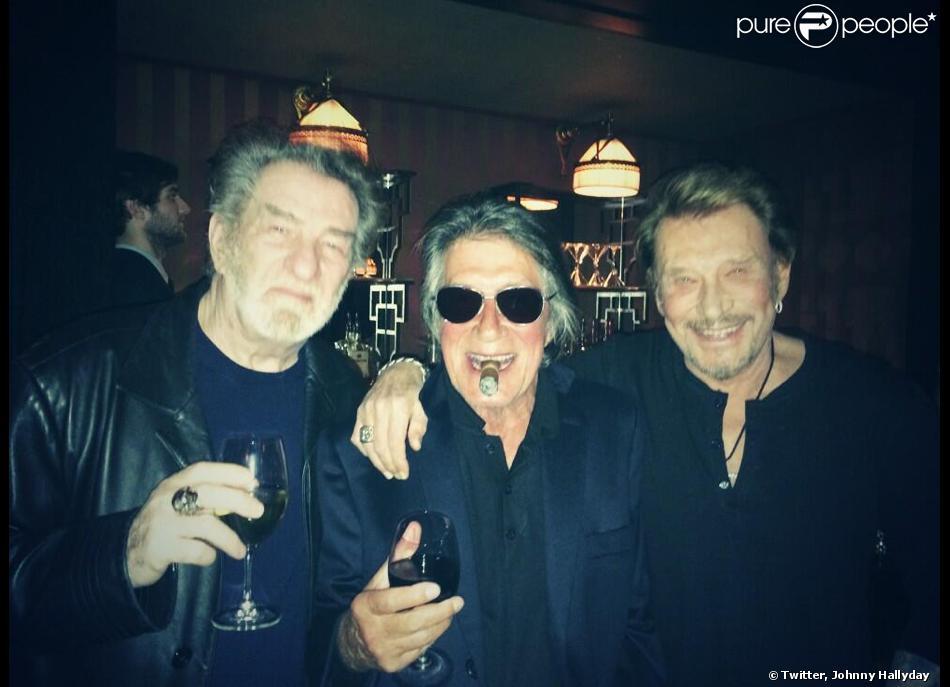 """Johnny Hallyday psotait cette photo de ses amis le 12 janveir 2014 sur Twitter avec cette légende : """"Hier soir avec mes potes de toujours ! C'était bien rock'n'roll. Un beau projet en vue aussi Yeah!!! #onatoujours20ans"""""""