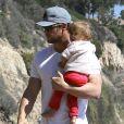 Chris Hemsworth avec sa fille India à la plage de Malibu, le 13 mars 2014.