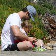 Chris Hemsworth à la plage avec sa fille India Rose, Malibu, le 13 mars 2014.