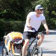 Chris Hemsworth quitte la plage avec sa fille India, à Malibu, le 13 mars 2014.
