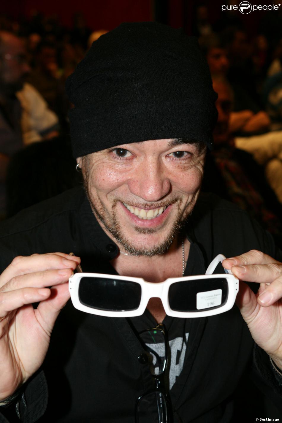 EXCLU - Pascal Obispo très heureux d avoir acheté pour 2874 euros les  lunettes de 9ce192783934