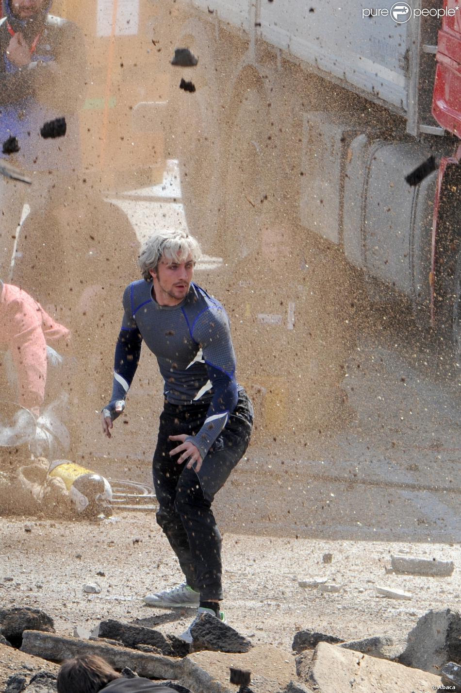 Aaron Taylor-Johnson dans le costume de Quicksilver, en action sur le tournage d'Avengers 2, à Aoste, Italie, le 24 mars 2014.
