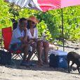 Chris Rock profite d'une journée ensoleillée avec sa femme Malaak Compton-Rock, sur une plage de Lahaina. Hawaï, le 23 mars 2014.