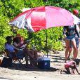 Soleil, plage, parasol et transat : l'acteur Chris Rock se la coule douce avec sa femme Malaak Compton-Rock et leurs deux filles Lola et Zahara, sur une plage de Lahaina. Hawaï, le 23 mars 2014.