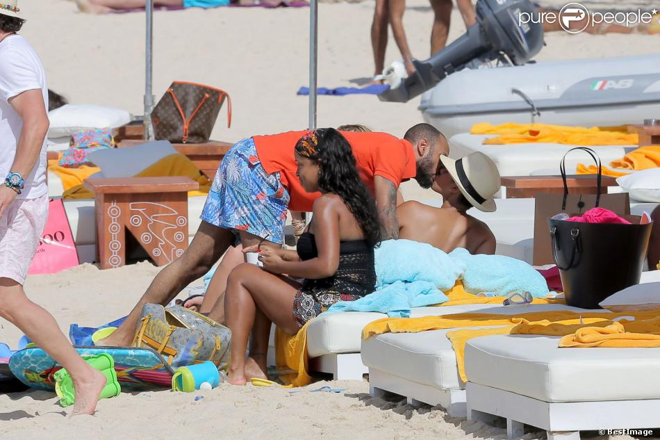 Exclusif - Alicia Keys embrasse son mari Swizz Beatz sur une plage de St Barth le 21 mars 2014