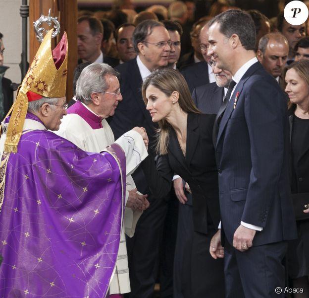 La princesse Letizia et le prince Felipe d'Espagne saluant l'archevêque de Madrid Rouco Varela après les obsèques d'Etat de l'ancien chef du gouvernement espagnol Adolfo Suarez en la cathédrale de La Almudena à Madrid, le 31 mars 2014.