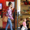 Alessandra Ambrosio emmène son fils Noah se promener avant de se rendre à son cours de yoga à Brentwood, le 31 mars 2014.