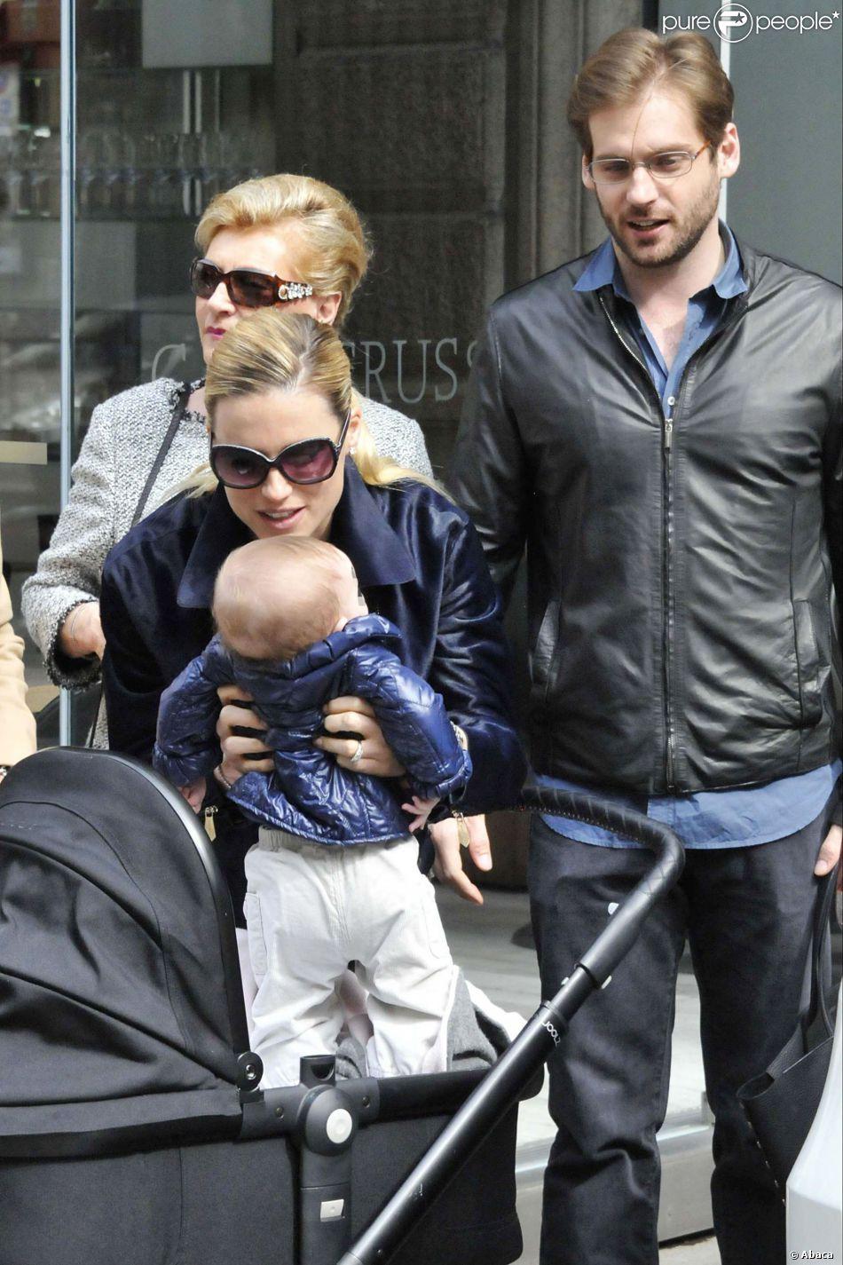 Michelle Hunziker avec ses filles et son fiancé, Tomaso Trussardi, dans les rues de Milan le 5 avril 2014.