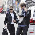 Michelle Hunziker et son fiancé, Tomaso Trussardi, dans les rues de Milan le 5 avril 2014.
