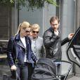 Michelle Hunziker avec ses filles et Tomaso Trussardi, dans les rues de Milan le 5 avril 2014.